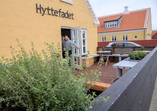 Vinhytten er en del af Hyttefadet, og på terrassen kan man se og nyde en smagsprøve. Det er jo en butik ikke en vinbar.?Foto: Peter Broen. Peter Broen