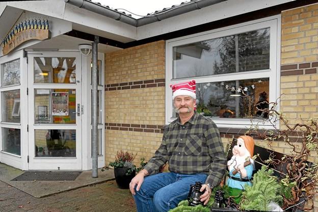 Jørgen von der Maase er ny leder af den private børnehave og vuggestue Myretuen i Hørmested. Han havde sin første arbejdsdag i mandags den 3. december, hvor der også var inviteret til bedsteforældredag med juleklip. Foto: Niels Helver