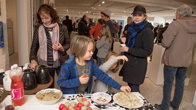 Trængesel i Mygdalhus ved årets sidste fernisering - udstillingen er åbent frem til 21. december. Foto: Henrik Louis HENRIK LOUIS