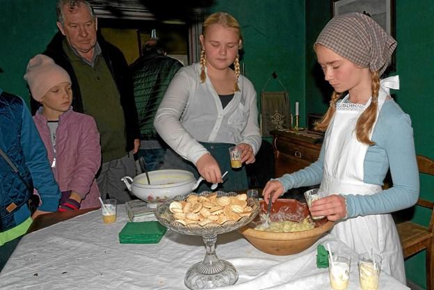 Astrid og Maja serverede smagsprøver på gammeldags kartoffelsuppe og kartoffelsalat samt kartoffelsmåkager. Foto: Niels Helver