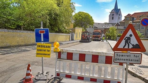 Fredag bliver skilte og afspærring fjernet, så bilerne kan køre igen i Skovgade. Foto: Ole Iversen Ole Iversen