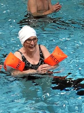 95 år og stadig en vandhund: Magda fik ærespris