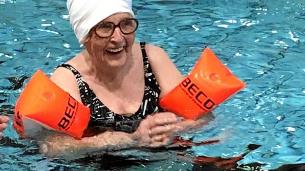 Magda Nielsen er trods sine 95 år stadig en trofast deltager i seniorsvømningen i Arden. Privatfoto