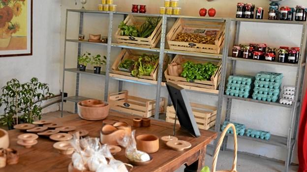 Forskellige hjemmelavede ting, marmelade, honning, grøntsager, frugter og krydderurter. Der er mange lækkerier på Lynggården. Foto: Jesper Bøss