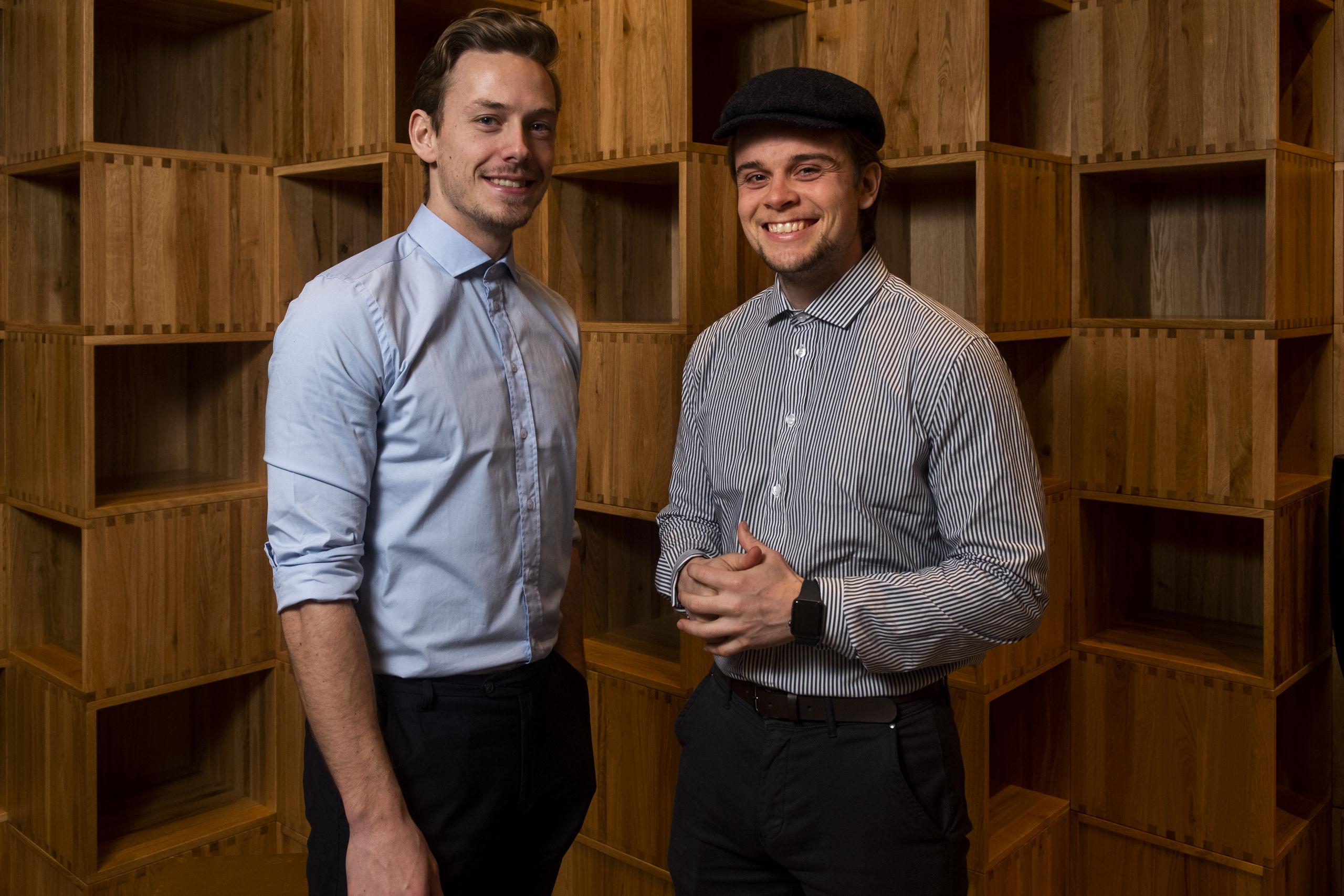 Christian Aachmann og Christoffer Bach glæder sig til at vise kunderne den nyrenoverede butik. Foto: Lasse Sand
