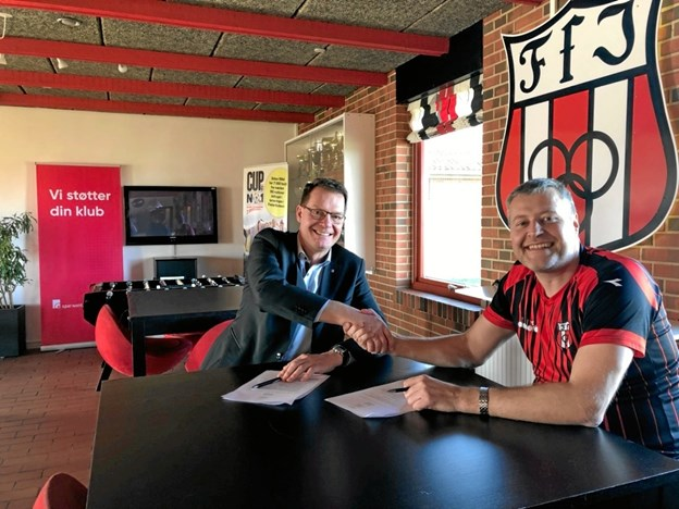 Morten Kock, direktør i Spar Nord, Frederikshavn og formand for FfI-fodbold Anders Brandt Sørensen var glade, da aftalen blev indgået. Privatfoto