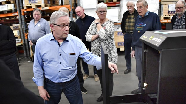 Peter Mølbjerg ved et kabinet til en automatisk imprægneringsmaskine til skobutikker.Foto: Kurt Bering Kurt Bering
