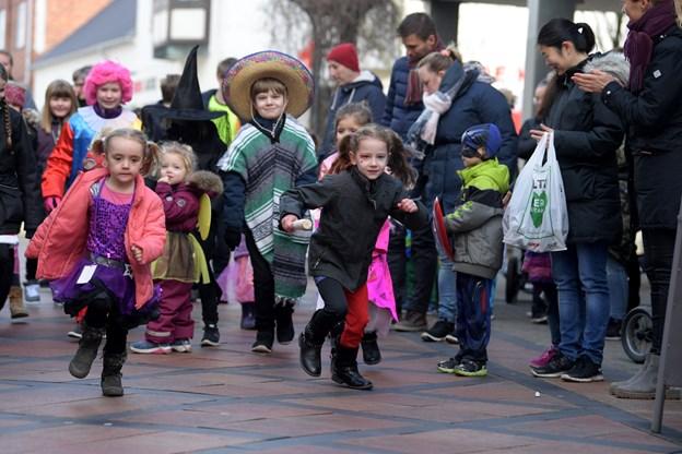 Før tøndeslagningen gik i gang, så fik handelschefen børnene ud og løbe en tur, så alle forældrene kunne se de fine udklædninger.Foto: Henrik Louis HENRIK LOUIS
