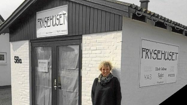 Pernille Stender ses her foran sin nye butik på Kystvejen i Øster Hurup. Foto: privat.
