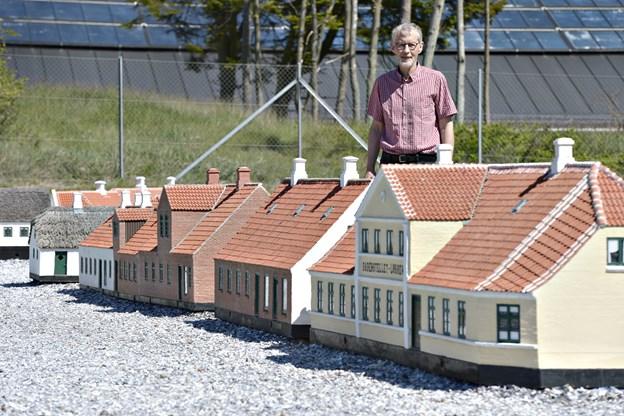 Flere nye minihuse er på vej til Løkken Miniby. I baggrunden oldermand Børge Drivsholm.     Arkivfoto: Kirsten Olsen