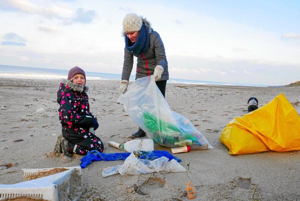 Den hårde plast skulle samles i en klar sæk og alt andet affald skulle i den gule. 55 kilo blev samlet på 500 meter strand på halvanden time. Foto: Ole Iversen Ole Iversen