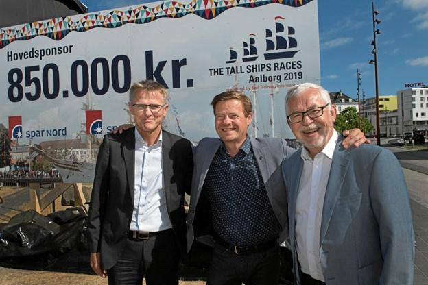Borgmester Thomas Kastrup-Larsen, i midten, glæder sig over sponsoratet fra Spar Nord. Til venstre administrerende direktør i Spar Nord Lasse Nyby. Til højre fondsdirektør Steffen Nørgaard. Foto: Lars Horn/Baghuset