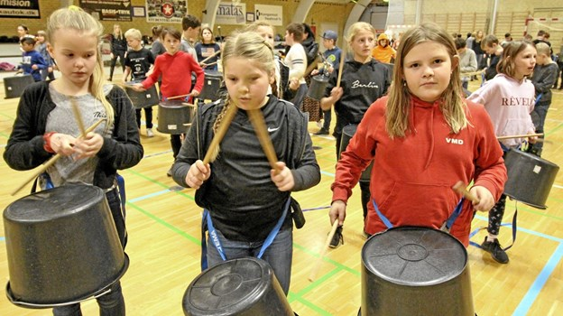 Udstyret med plastikspande og trommestikker kom der gang i rytmerne, da der blev afholdt musikdag i Dronninglund. Foto: Jørgen Ingvardsen