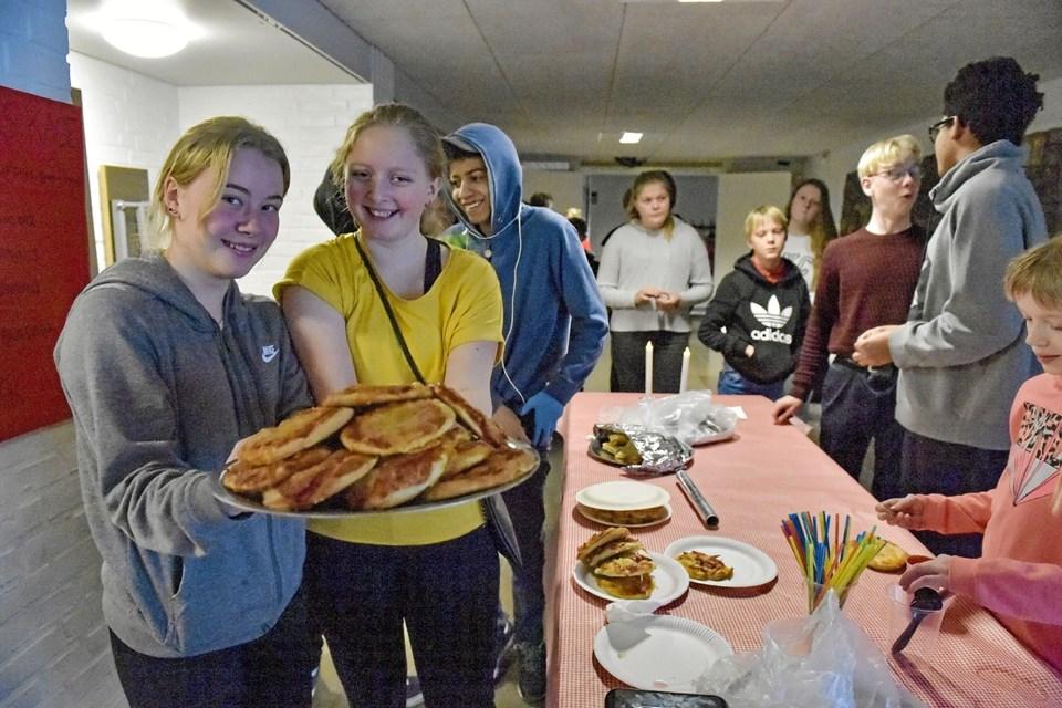 Anne Landbo (tv) og Lea Kaarfast havde travlt i boden ved middagstid. Foto: Ole Iversen