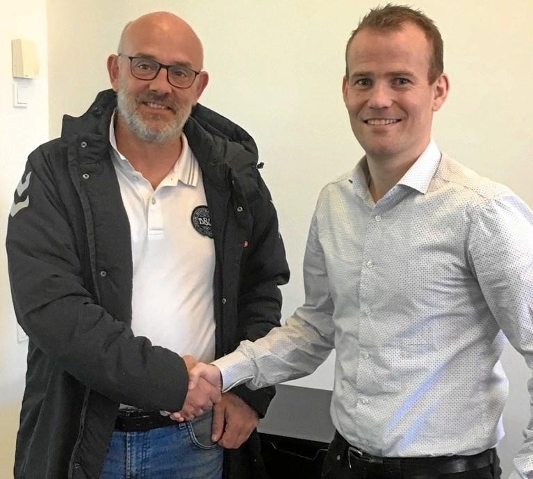Mads Andersen (til højre) byder Henrik Wiper velkommen i Als Viking. Foto: Privat.