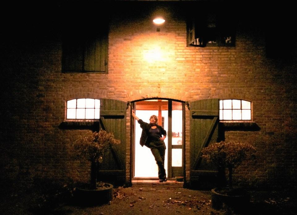 Susanne Sangill i døren til Skørpings nye tango-salon. Privatfoto