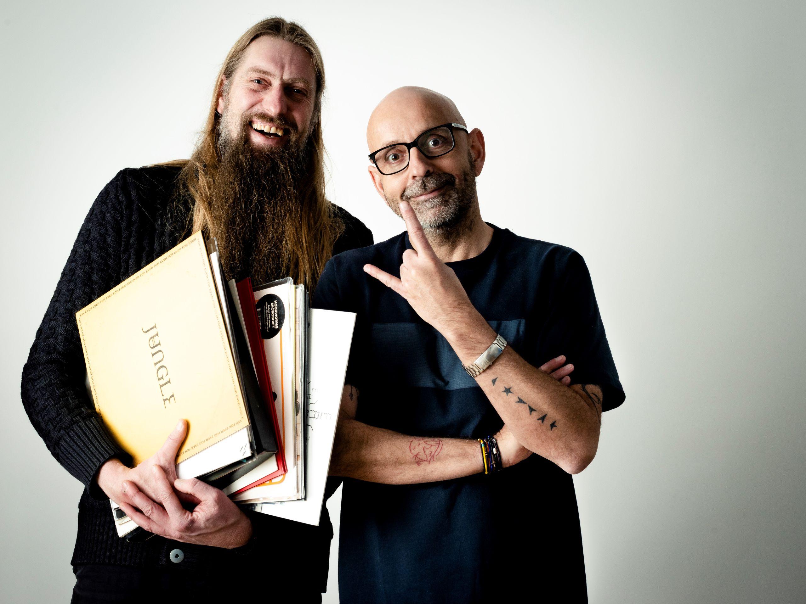 To mænd med mikrofoner ... radiovært Carsten Holm og livsstilsekspert Flemming Møldrup fortæller om musik på Salling Rooftop. Foto: Salling