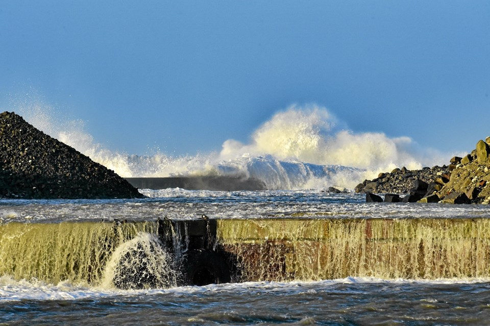 Blæsevejret fra nordvest sendte tunge høje bølger ind over havnebyggeriet på vestmolen. Det har skyllet en del materiale i havnebassinet.Foto: Ole Iversen Ole Iversen