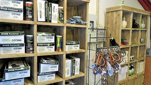 Arbejdsfodtøj og andet tilbehør i gårdbutikken. Foto: Kirsten Olsen