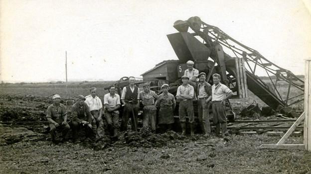 Det var både hårdt og varmt arbejde at grave tørv. Foto: Leif Pedersen
