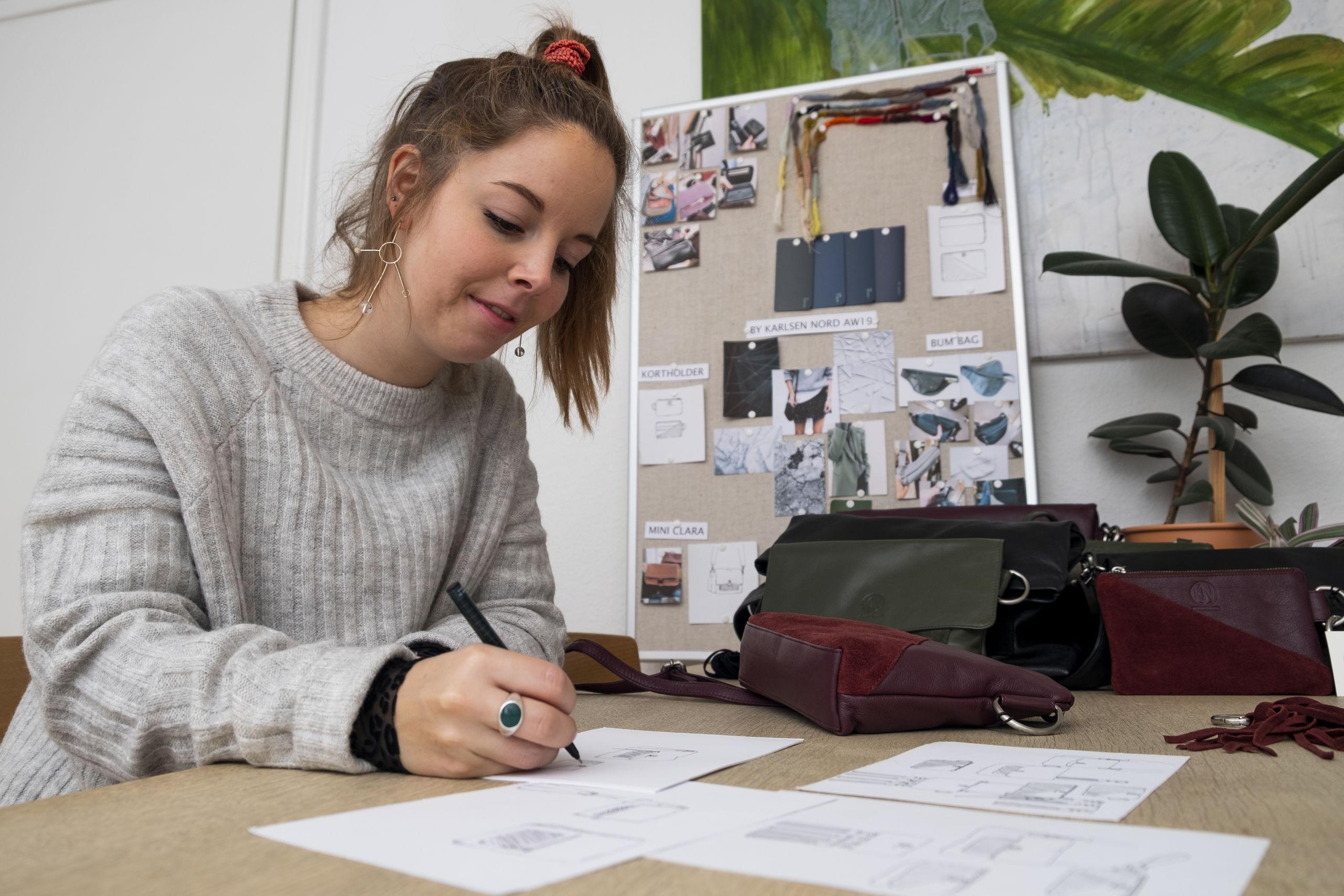Laura Karlsen er i fuld gang med at designe sin næste kollektion af tasker og tilbehør. Foto: Lasse Sand