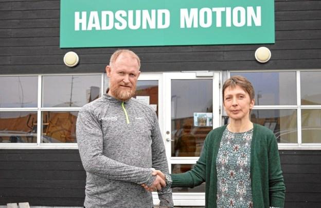 Vibeke Vestergaard bliver her budt velkommen af Tommy Hansen, indehaver af Hadsund Motion på Nørregade. Foto: hhr-freelance.dk