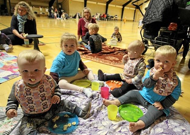 Godt placeret på tæpper rundt om i hallen kunne børnene bl.a. nyde boller og saftevand, inden de mange aktiviteter gik i gang. Foto: Jørgen Ingvardsen Jørgen Ingvardsen