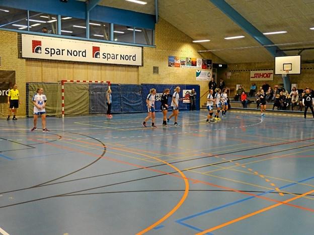 Sæby Fritidscenter lægger gulv til når håndboldkvinderne fra Skanderborgs ligahold skal spille mod Sæby H.K.s 2. divisionshold den 19. februar. Foto: Tommy Thomsen