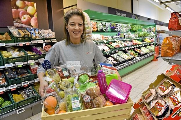 Sabrina Zebar slår den 31. januar i SPAR-butikken på havnen i Hanstholm et slag for den mere spændende og sunde madpakke. Det sker med smagsprøver, konkurrence og uddeling af sit eget nytrykte madpakke-opskriftshæfte. Foto: Ole Iversen