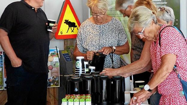 Gæsterne ved receptionen tager for sig at kaffe, the og blødt brød. Foto: Ejlif Rasmussen Ejlif Rasmussen