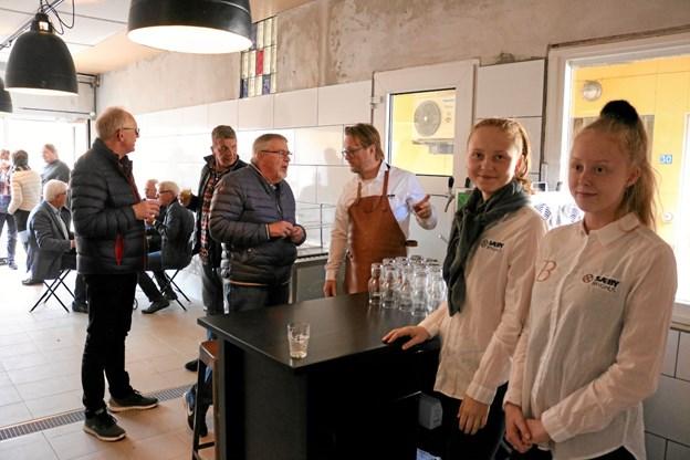 Sissel Bertelsen, Josefine Jensen og brygmester Michael Bertelsen fik nogle travle timer på åbningsdagen af Sæby Bryghus. Foto: Tommy Thomsen