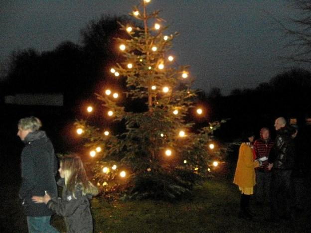 Der var blevet tørvejr, da der forleden blevet danset om det tændte juletræ ved Gunderup præstegård. Foto: Kjeld Mølbæk