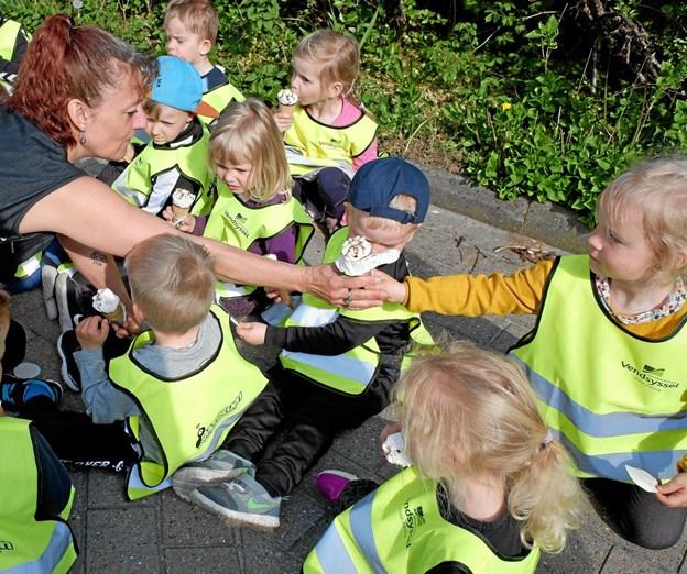 Helle Kongshøj hjælper børnene med at pakke isen ud. Foto: Niels Helver Niels Helver