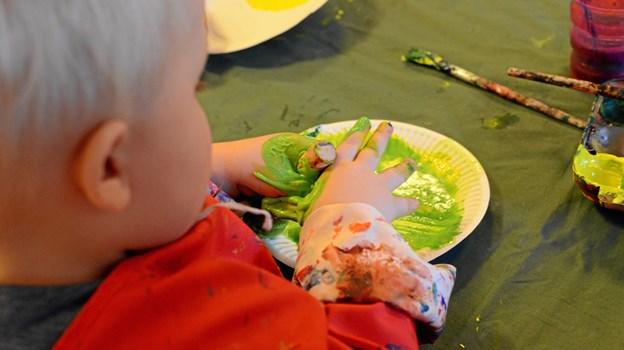 Kunst og kultur er også sansning. Vuggestuebørnene i Børnehuset Videbechs Minde i Viborg sanser farver og tekstur i et forløb med en billedkunstner. FOTO KULTURPRINSEN