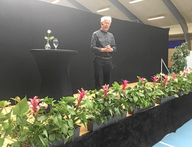 Henning Kirks foredrag trak omtrent 250 til Brønderslev Hallen tirsdag aften. Privatfoto