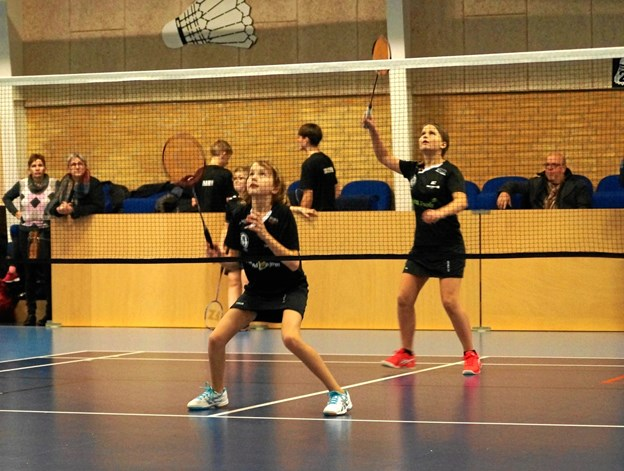 Her er det Camilla Kjellerup og Thea Bundgaard Markussen der svinger ketsjerne. Foto: Michael Søndergaard