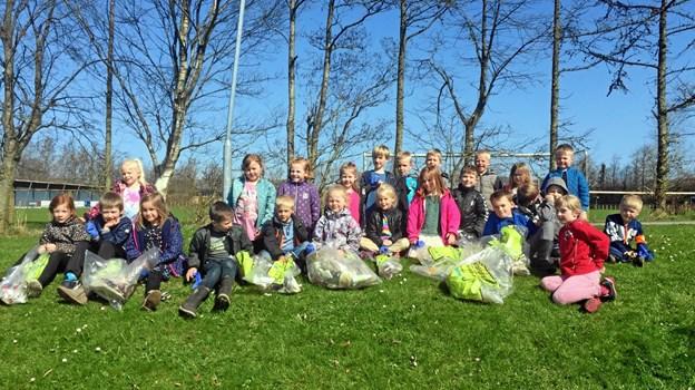 0.-klasserne på Arden Skole var nogle af dem, der i 2018 var med til at samle affald ind i Mariagerfjord. Og flere end 30 skoler, institutioner, klubber og foreninger i Mariagerfjord har allerede tilmeldt sig dette års affaldsindsamling. Privatfoto