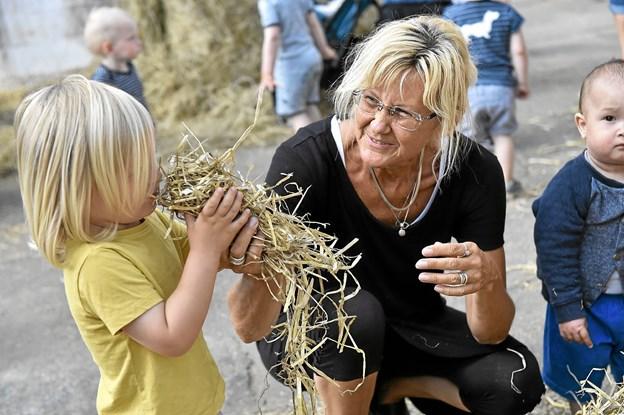 Uhmmm. Halm dufter dejligt, fortæller Anita Bislev en af børnene. Foto: Ole Iversen