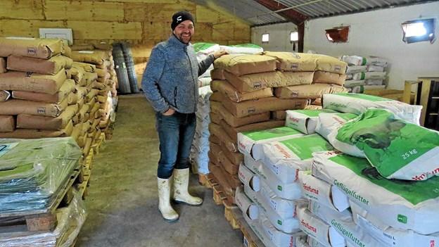 Poul Raunsmed med det store udvalg af foder. Foto: Kirsten Olsen