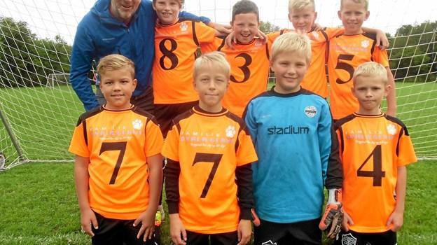 På billedet ses Niels Henrik fra Familiedyrlægerne i Hobro sammen med nogle af Terndrup-drengene inden en kamp i Skørping. Foto: Privat