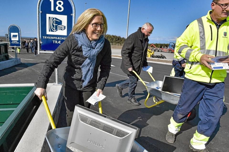 Ræset er stadig i gang. De to politikere oplever at det er en meget stor genbrugsplads Hanstholm har fået. Foto: Ole Iversen Ole Iversen