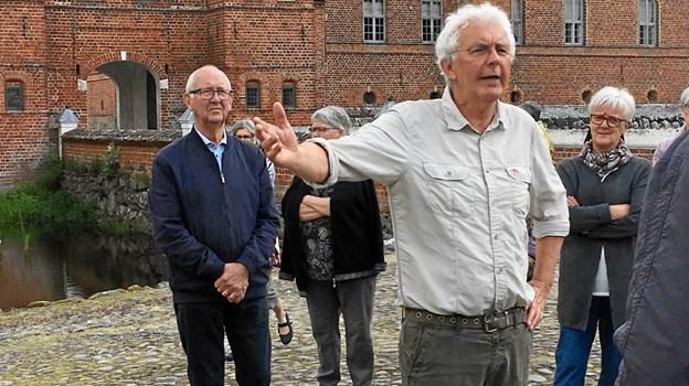 Guide Egon Kristensen fortæller om Skaføgårds historie. ?Privatfoto