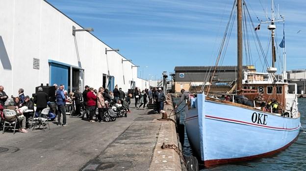 Modtagelseskommiteen stod klar på kajen da den første båd lagde til kaj fredag eftermiddag. Foto: Peter Jørgensen Peter Jørgensen