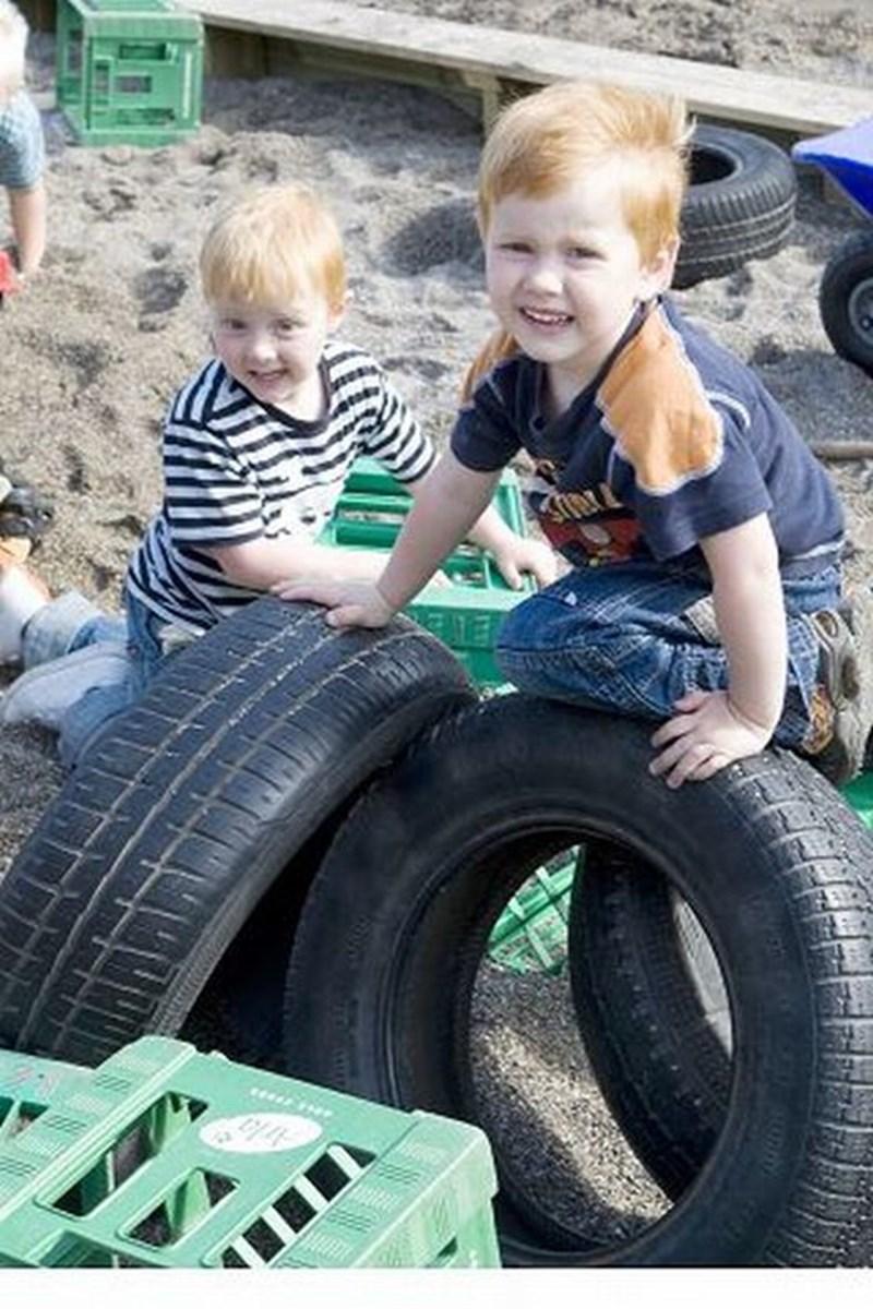 Der er mælkekasser, dæk og sand at lege med, og så gør det ikke så meget, at legepladsen ikke er helt færdig før om en måneds tid.