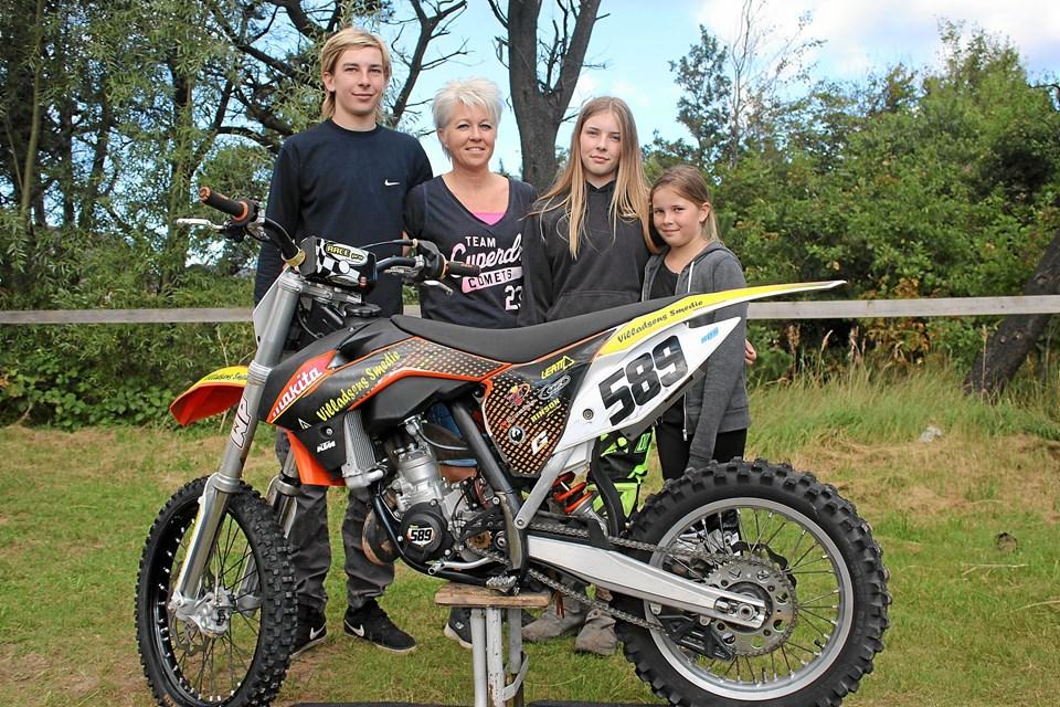 Familien Villadsen har motocross i blodet - her det Alexander, Rikke (mor), Danmarksmesteren Kirstine og Freja. Foto: Flemming Dahl Jensen