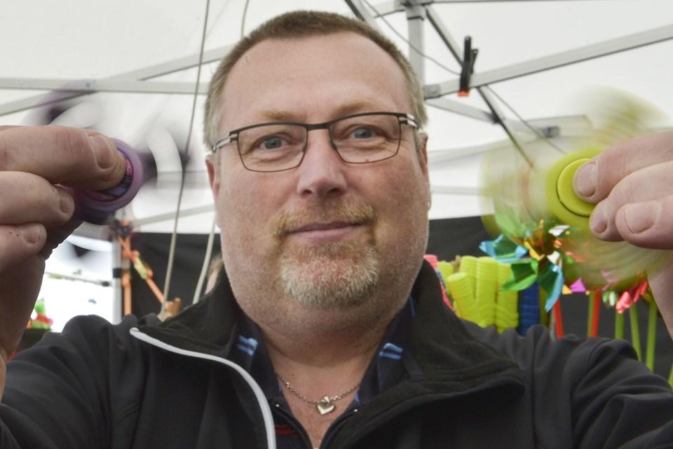 Hans Erik Petersen fra Nordborg er en af dem, der sælger fidget spinners - han tror på, at det nye hit snart begynder at toppe. Foto: Bent Bach