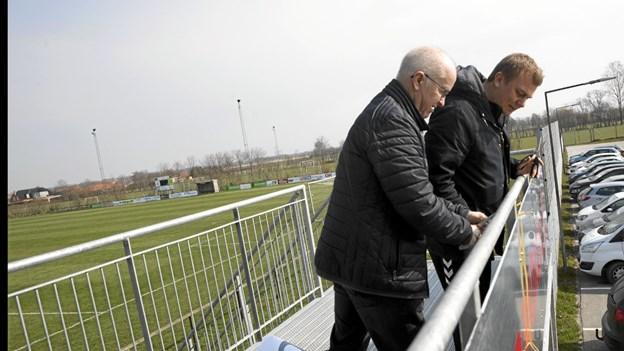 UB-formand Uffe Thomsen og Mikael Simonsen fra fodboldudvalget indviede i fællesskab den nye portal. Foto: Allan Mortensen Allan Mortensen