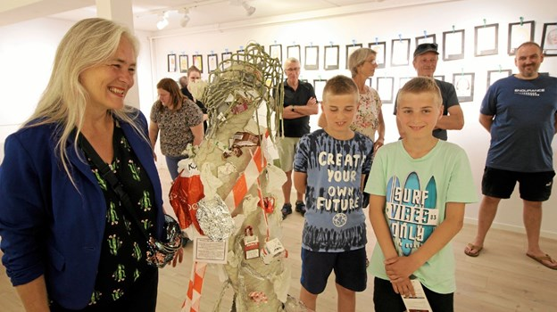 Børnene udstiller selvportrætter, men de har også udsmykket en skulptur af kunstneren Marit Benthe Norheim. Foto: Jørgen Ingvardsen