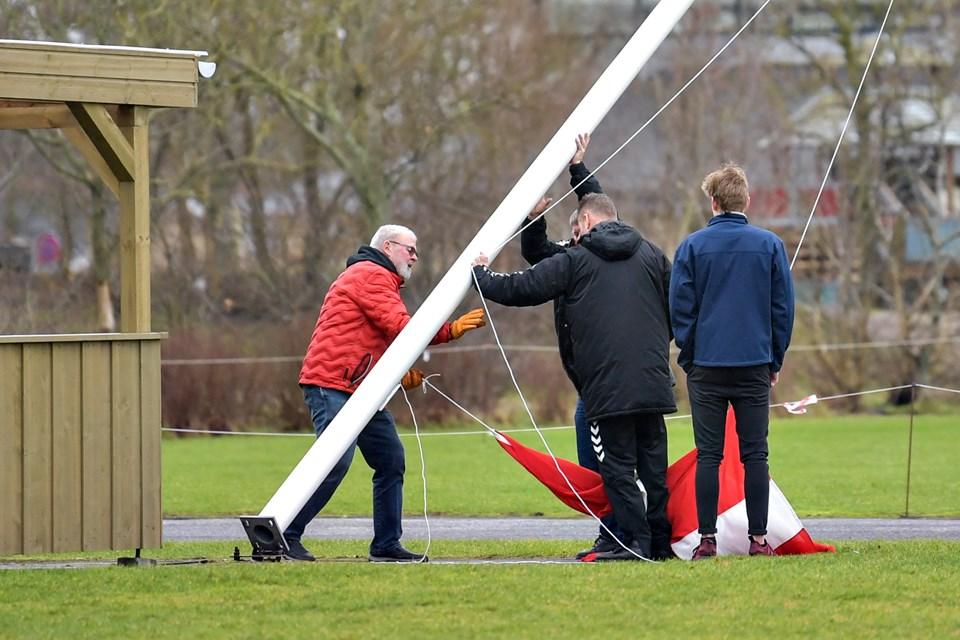 Standerhejsningen blev med småproblemer for at få flaget op. Men i sidste ende lykkedes det. Foto: Claus Søndberg Claus Søndberg