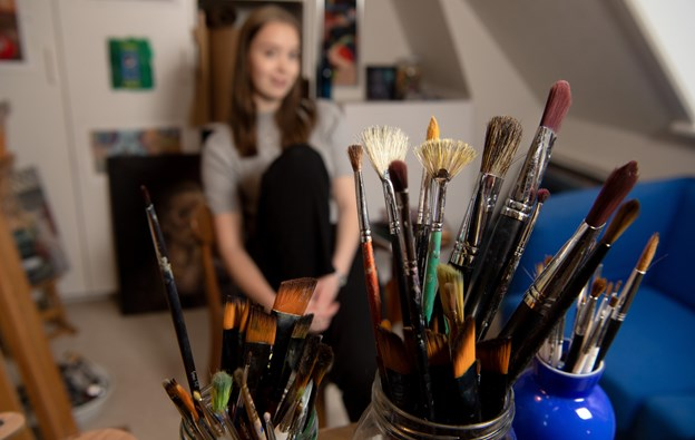 Stine Wiggers maler for tiden i eget hjem, hvor hun har et lille atelier indrettet.Foto: Henrik Louis HENRIK LOUIS
